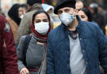 Warga Iran mengenakan masker. (Foto: Khaleej Times