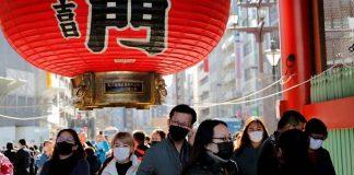 Wisatawan mengenakan masker berjalan melewati Gerbang Kaminarimon ketika mengunjungi Kuil Sensoji di Tokyo, Jepang, 31 Januari 2020. (Foto: REUTERS / Kim Kyung-Hoon)