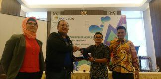 Tirta, Sekretaris Umum HIPMI BDP Kepulauan Riau menerima plakat penghargaan dari Arnoldyth, Vice President Bantu Saku. (Foto: Suryakepri.com/Nando)