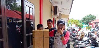 Pelaku saat digiring petugas menuju ruang Satres Narkoba Polres Tanjungpinang (Foto: Suryakepri.com/ Muhammad Bunga Ashab)
