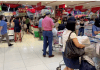 Warga Singapura dilanda kepanikan sehingga memborong kebutuhan pokok di sebuah supermarket , hari Jumat. (Foto: SCMP)