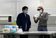 Pendiri Pabrik masker, Tang (kanan), berbicara dengan seorang kolega di pabriknya, setelah virus corona baru mewabah di Hong Kong, Kamis 19 Februari 2020. Foto: REUTERS/Tyrone Siu/reuters.com)