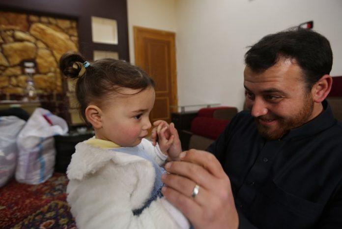 Abdullah Muhammed dan putri kecilnya, Salwa. (Sumber Foto: APNews.com)