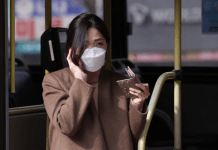 Seorang penumpang bus di Seoul mengenakan masker sebagai perlindungan dari coronavirus baru. Foto: Xinhua