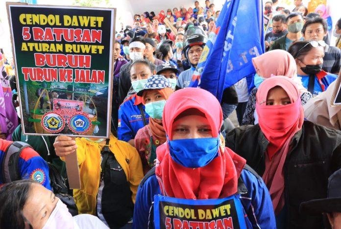 Buruh dari Serikat Pekerja Seluruh Indonesia (SPSI) unjuk rasa di kantor DPRD Kota Batam, Rabu (12/2/2020). Mereka menolak RUU Omnibus Law Cipta Lapangan Kerja. (Foto: Suryakepri.com/Aini Lestari)