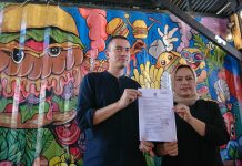 Rian Ernest dan Yusiani tunjukkan surat yang menyatakan lolos syyarat dukungan di pilwako Batam.(suryakepri.com/fernando)