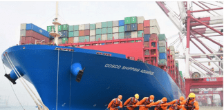 Para pekerja mengenakan masker menarik tali sebuah kapal kontainer di pelabuhan Qingdao, Provinsi Shandong, 11 Februari 2020. Foto: China Daily via Reuters