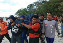 Tim SAR mengevakuasi salah satu korban yang tewas terseret ombak di Pantai Trikora, Bintan, Minggu (2/2/2020). Foto: Suryakepri/MBA.
