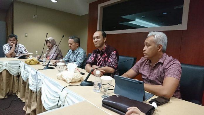 Direktur Lahan Badan BP Batam, Ilham Eka Hartawan (tengah, batik hitam) memberikan penjelasan mengenai mekanisme permohonan lahan bagi investor atau perseorangan yang digelar di gedung marketing center BP Batam, Rabu (26/2/2020). Foto: Suryakepri.com/Fernando