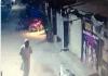 Perilaku nyeleneh pria kesepian tertangkap kamera CCTV (Foto: screenshot twitter)