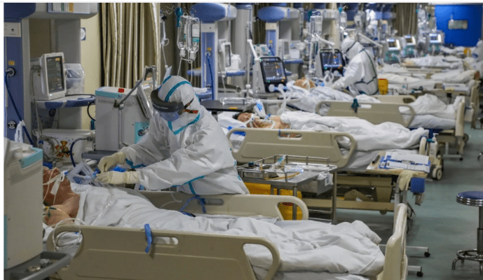 Pasien virus corona sedang dirawat di sebuah rumah sakit di Wuhan, China. (Sumber Foto: SCMP.COM)