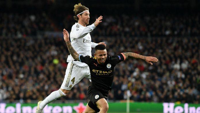 Sergio Ramos (putih) melakukan pelanggaran terhadap Gabriel Jesus mengakibatkan Kapten Real Madrid itu dihukum kartu merah langsung, pada laga Leg I Babak 16 Besar Liga Champions di Santiago, Rabu (26/2/2020).(Sumber Foto: Livescore)