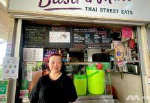 Lum Von-Nie, yang mengelola kios jajanan Basil & Mint di Amoy Road Food Centre, mengatakan bahwa penjualan dari pesanan pengirimannya telah membantu meredam sebagian penurunan pendapatan. (Foto: Rachel Phua/CNA).
