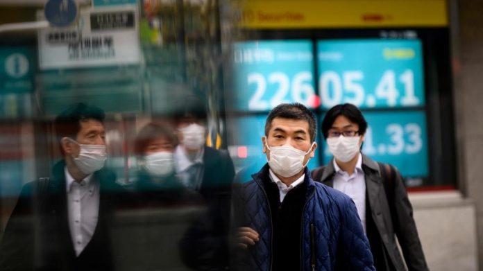 Warga Jepang mengenakan masker di jalan-jalan. (Foto: France24)