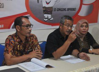 Ketua KPU Kota Batam Herrigen, didampingi dua komisioner William dan Jernih.(suryakepri.com/ruvi)