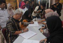 Pasangan Calon Zukriansyah dan Eka Anita saat Menandatangani Administrasi Penyerahan Berkas Syarat Dukungan di Komisi Pemilihan Umum (KPU) Batam.(Foto: Suryakepri.com/ruvi)