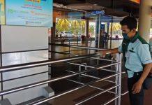 Salah satu petugas kebersihan (cleaning service) Bandara Hang Nadim Batam saat membersihkan area bandara. (Foto: Suryakepri.com/Romi)