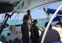 Petugas saat melakukan pemeriksaan kesehatan terhadap dua kru kapal yacht di sekitar perairan Tanjung Siambang, Dompak, Tanjungpinang (Suryakepri.com)