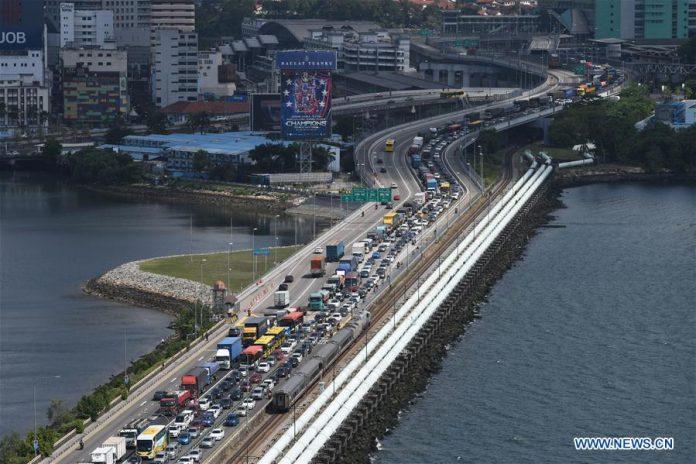 Kemacetan di Causeway Singapura-Johor, jalur yang menghubungkan Singapura dan Johor, Malaysia, Selasa (17/3/2020), menyusul keputusan Malaysia melakukan lockdown. (Foto: Then Chih Wey / Xinhua)