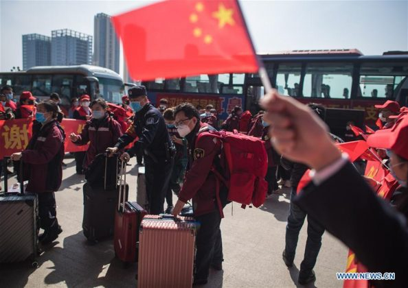 Staf medis dari Provinsi Guizhou, China barat daya, berjalan naik kereta di Stasiun Kereta Api Wuhan di Provinsi Hubei, China tengah, 17 Maret 2020. Gelombang pertama dari tim bantuan medis mulai meninggalkan Provinsi Hubei pada hari Selasa setelah pemerintah menyatakan telah memenangi perang melawan wabah virus corona di episentrum wabah tersebut. (Xinhua / Xiao Yijiu)