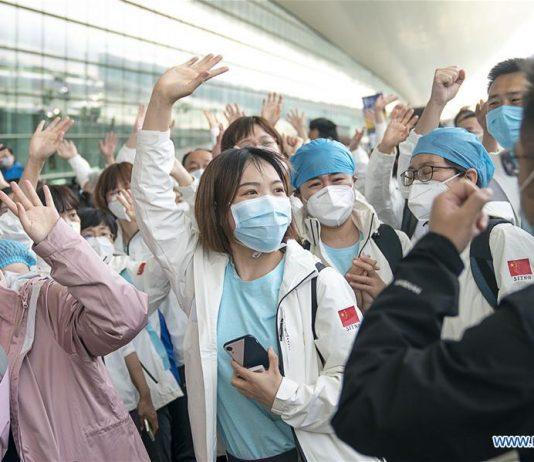 Petugas medis dari Kota Tianjin, China utara, melambaikan tangan sebelum keberangkatan mereka dari Wuhan, Provinsi Hubei, China tengah, 17 Maret 2020. Beberapa tim bantuan medis mulai meninggalkan Provinsi Hubei pada hari Selasa setelah pemerintah menyatakan menang terhadap perang melawan virus di episentrum wabah tersebut. (Xinhua / Xiong Qi)