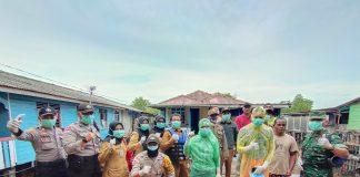 Jas Hujan dan Plastik Kresek Jadi Senjata Andalan Tenaga Medis bersama Tim Gugus Tugas Pencegahan Covid-19 Kecamatan Belakang Padang. (Foto: Suryakepri.com/Nando)