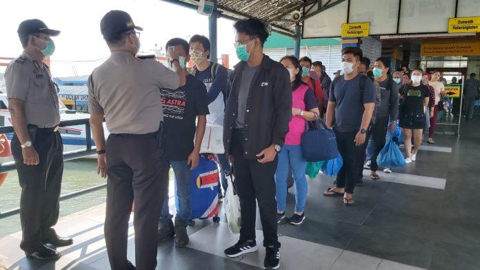 Petugas saat memeriksa suhu tubuh penumpang di Pelabuhan Sri Bintan Pura Tanjungpinang (Suryakepri.com)