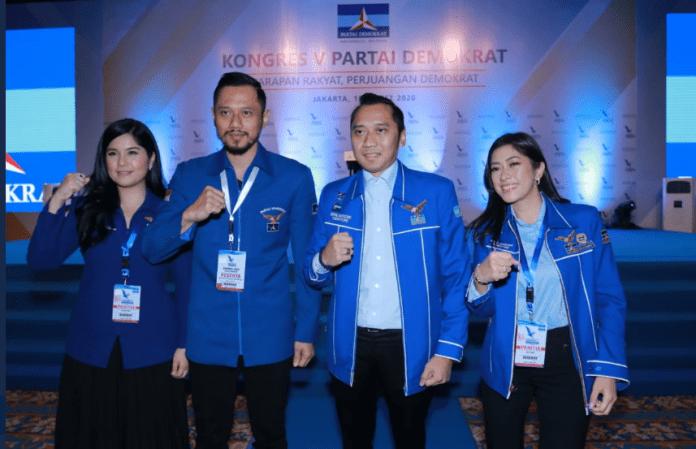 Putra sulung mantan Presiden Susilo Bambang Yudhoyono, Agus Harimurti Yudhoyono (AHY) kedua dari kiri, bersama istrinya Anisa Pohan dan adiknya Edhie Baskoro Yudhoyono bersama istrinya Siti Ruby Aliya Rajasa. AHY terpilih secara aklamasi sebagai Ketua Umum menggantikan ayahnya, SBY, dalam Kongres Partai Demokrat di JCC Senayan, Jakarta Pusat, Minggu (15/3/2020). (Foto: Twitter Demokrat_TV)