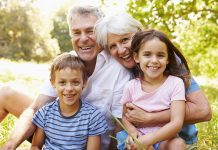 Ilustrasi kakek dan nenek bersama cucu. (Foto: urbisgut.com)
