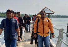 Anggota Banggar DPRD Kepri, Bakti Lubis saat mengunjungi warga di pulau-pulau di Kepri. Foto Suryakepri.com/ist