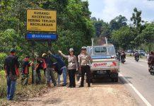 Jajaran Sat Lantas Polresta Barelang unit Dikyasa saat Melakukan Kegiatan Pemasangan Rambu Peingatan Rawan kecelakaan di Tanjakan Bukit Daeng, Mukakuning Batam, Rabu (11/3/2020). (Foto: Suryakepri.com/Romi)
