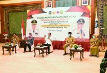 Plt Gubernur Kepulauan Riau (Kepri) H Isdianto saat Menyerahkan Bantuan Keuangan Penanganan Covid-19 kepada Wali Kota Tanjungpinang H Syahrul di Gedung Daerah, Tanjungpinang, Selasa (31/03/2020).