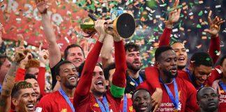 Kapten Liverpool Jordan Henderson mengangkat trofi juara Dunia Antarklub tahun 2019 setelah mengelahkan Flamengo di final. (Foto: TALKsport)