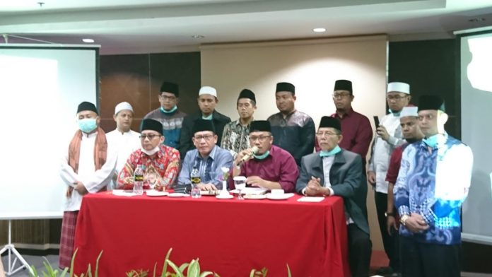 Wakil Ketua Umum MUI Kepri, Bambang Maryono membacakan hasil sidang fatwa MUI Kepri yang dilakukan Rabu (25/3/2020).(Foto: Suryakepri.com/Nando)
