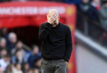 Manajer Man City Pep Guardiola menutup wajahnya dengan tangan saat dikalahkan 2-0 oleh Man United di Old Trafford, Minggu (8/3/2020). Foto: Twitter