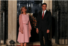 Perdana Menteri Spanyol Pedro Sanchez dan istrinya Maria Begona Gomez Fernandez tiba di Downing Street 10, London, menjelang resepsi NATO yang diselenggarakan oleh Perdana Menteri Inggris Boris Johnson, Selasa, 3 Desember 2019. (Foto: AP via VoA Indonesia)