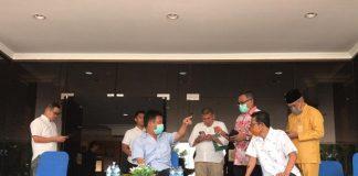 Walikota Batam (baju biru) saat menggelar konferensi pers mengenai penambahan kasus baru Covid-19, di Kantor Walikota Batam, Jumat (20/3/2020). Foto: Suryakepri.com/Aini Lestari