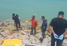 Petugas kepolisian mengumpulkan potongan-potongan tubuh jenazah di antara bebatuan. Hanya Kaki hingga perut yang ditemukan. Tangan dan kepala belum ditemukan. (Foto: Suryakepri.com/Rachta Yahya)