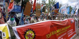 Para buruh di Batam saat menggelar aksi Tolak Omnibus Law depan Kantor Walikota Batam, Senin (2/3/2020) siang.(Suryakepri.com/Romi Kurniawan)