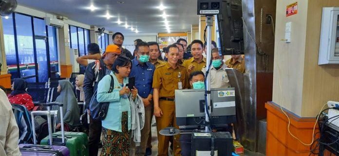 Ujicoba thermal scanner di ruang tunggu keberangkatan pelabuhan domestik Karimun, Selasa (3/3/2020). Foto Suryakepri.com/Kadinkes Karimun