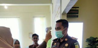 Jaksa pada Kejari Bintan saat dicek suhu tubuhnya (Suryakepri.com)
