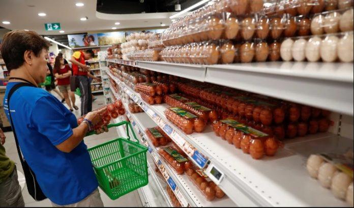 Warga berbelanja kebutuhan di sebuah supermarket di tengah kekhawatiran akan gangguan pasokan setelah Malaysia mengumumkan penutupan perbatasannya. Foto: Reuters via SCMP