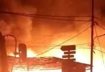 13 kios sepanjang jalan Pintu Air, Kolong, Karimun terbakar, Senin (30/3/2020) dini hari. (Foto: Suryakepri.com/rachta yahya)