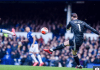 Tendangan gawang David De Gea yang berhasill dipotong Dominic Calvert-Lewin untuk mencetak gol saat laga baru berjalan tiga menit. (Sumber foto: The Sun)