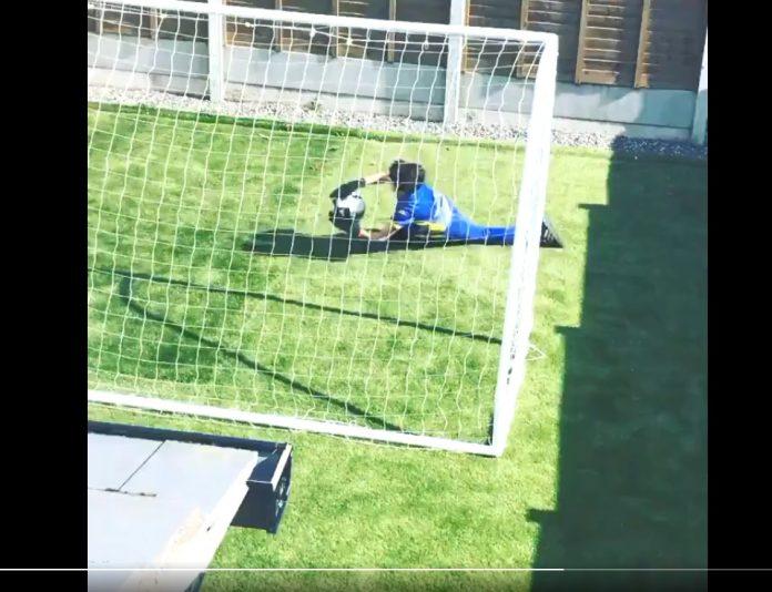 Bocah Irlandia latihan kiper sendirian. Menuai pujian dari para kiper top dan legenda Manchester United Peter Schmeichel. (Foto: Twitter)