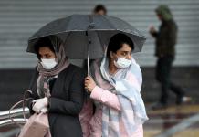Dua perempuan Iran mengenakan topeng pelindung untuk mencegah tertularnya virus corona, saat mereka berjalan di jalan di Teheran Reuters