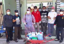 Ketua RT/RW perumahan Odessa Batam Centre melakukan penyemprotan desinfektan di rumah-rumah warga. (Foto: Suryakepri.com/Aini Lestari),