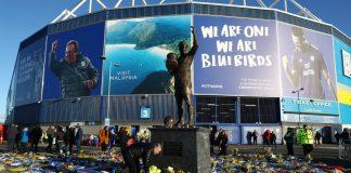 Fans meletakkan bunga sebagai penghormatan kepada Emiliano Sala di luar Stadion Cardiff City setelah pemain itu tewas dalam kecelakaan pesawat.(Sumber Foto: Livescore)