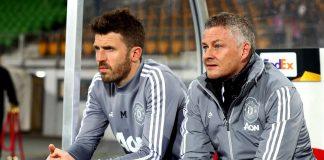Ole Gunnar Solskjaer dan asisten Michael Carrick di bench saat melawan LASK pada Leg I 16 Besar Liga Eropa. (Foto: Getty via Standard)