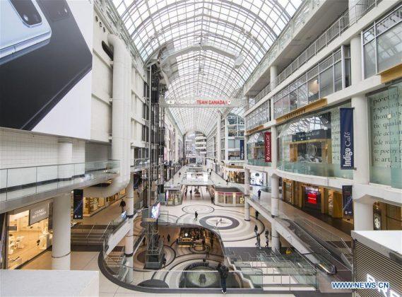 """Beberapa orang terlihat di Pusat Eaton di Toronto, Ontario, Kanada, 17 Maret 2020. Selasa pagi, Perdana Menteri Provinsi Ontario Doug Ford mengumumkan keadaan darurat, menyebut situasi """"belum pernah terjadi sebelumnya.""""Hingga Selasa siang, ada 450 kasus COVID-19 di Kanada dan lima meninggal.(Foto oleh Zou Zheng / Xinhua)"""